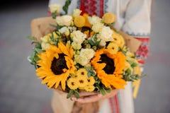 Украинская девушка с букетом желтых солнцецветов Стоковые Изображения RF
