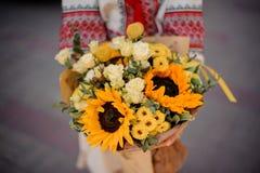 Украинская девушка с букетом солнцецветов Стоковые Фотографии RF