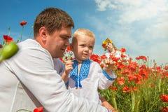 Украинская семья с маленьким сыном на маках field Стоковое Изображение RF