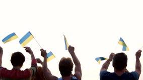 Украинские люди подняли флаги outdoors сток-видео