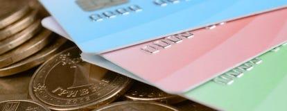 Украинские монетки денег и покрашенные кредитные карточки близко вверх стоковое фото