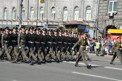 Украинские офицеры маршируя на военный парад стоковое фото