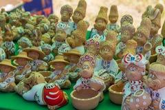 Украинские figurines глины для продажи на рынке сувенира Стоковое Изображение RF