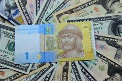 Украинские hryvnia и долларовые банкноты 5000 рублевок картины дег счетов предпосылки стоковые изображения rf