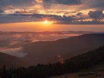 Украинский ландшафт природы на лете Заход солнца в горах Карпатов в августовских солнечных лучах освещая облака и стоковое изображение