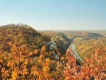 Украинский ландшафт природы Скит на холме Узкое река пропуская под холмами Красочный лес осени на холмах стоковое фото