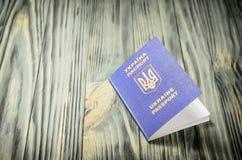 Украинский пасспорт на деревянном столе Стоковые Фото