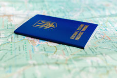 Украинский пасспорт на туристской карте Стоковое Фото