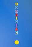 УКРАИНСКОЕ слово на голубой предпосылке составленной от писем красочного блока алфавита abc деревянных, космосе экземпляра для те Стоковое Изображение RF