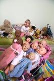 Украин, Киев Маленькая девочка среди кукол Стоковое фото RF