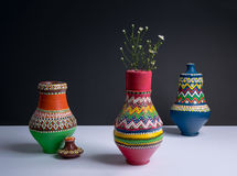 3 украсили вазы гончарни с малыми цветками с жестким shad Стоковое Фото