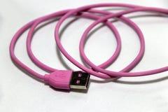 Украсьте дырочками используемую штепсельную вилку USB с кабелем на белой предпосылке стоковые фотографии rf