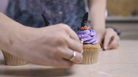 Украсьте пирожное с шляпой и ногами замороженности Булочка любит ведьма удерживания halloween даты принципиальной схемы календара сток-видео
