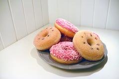 Украсьте дырочками застекленные donuts на предпосылке планок плиты деревянной Стоковые Фотографии RF