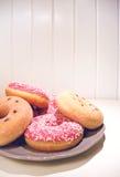 Украсьте дырочками застекленные donuts на предпосылке планок плиты деревянной Стоковая Фотография