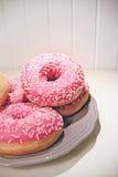 Украсьте дырочками застекленные donuts на предпосылке планок плиты деревянной Стоковые Фото