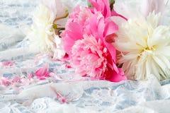 украсьте дырочками цветок пиона (красного цвета) для wedding букета на шнурке Стоковая Фотография