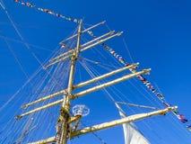 Украшайте штендер и sailyards сосуда с вымпелами корабля на предпосылке голубого неба стоковые фото