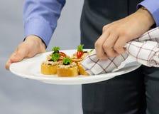 Украшать блюдо, подготавливая еду, отлично обедая, еду служил стоковая фотография