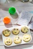 Украшать вкусные булочки с сливк и украшением Стоковая Фотография