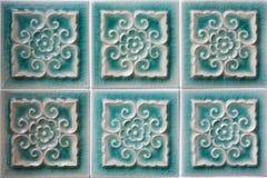 Украшать зеленые керамические плитки стены стоковые изображения