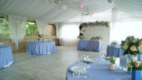 Украшать интерьер залы банкета свадьбы сток-видео