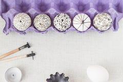 Украшать пасхальные яйца используя метод воск-сопротивлять стоковая фотография