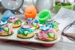 Украшать свежие булочки с сливк и украшением Стоковое Изображение RF
