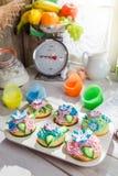Украшать свежие булочки с сливк Стоковые Фотографии RF