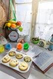 Украшать сладостные булочки с сливк Стоковые Фотографии RF