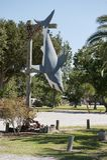 Украшение акулы висит на деревянном поляке в острове Алабаме дофина Стоковые Фотографии RF