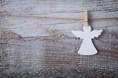 Украшение ангела рождества бумажное над деревянной предпосылкой Стоковое фото RF