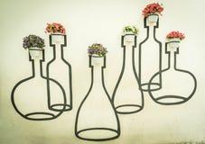 украшение бака цветков на стене Стоковая Фотография