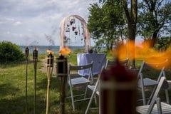 Украшение белых стульев, дуга свадьбы цветков ожидает своего жениха стоковая фотография rf