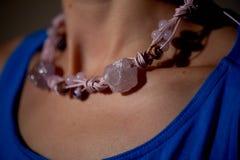 Украшение больших розовых камней на шеи ` s женщины Свет кино Стоковое Изображение