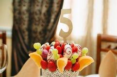 Украшение букета плодоовощ на обеденном столе Стоковая Фотография