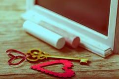 Украшение валентинок Святого: сердце и ключ, черная доска и мел Стоковые Фото