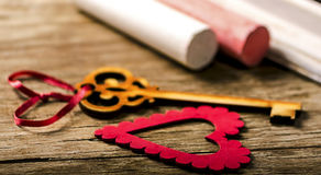 Украшение валентинок Святого: сердце и ключ, черная доска и мел Стоковая Фотография
