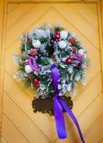 Украшение венка на двери на праздник рождества Стоковые Фотографии RF
