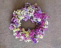 Украшение венка на двери дома sinuatum limonium или statice salem цветет в голубом, сирень, фиолет, пинк, белые цвета на a Стоковое Фото