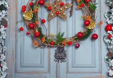 Украшение венка рождества на двери на праздник зима времени снежка цветка Стоковое Изображение RF
