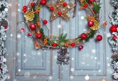 Украшение венка рождества на двери на праздник зима времени снежка цветка Стоковые Фотографии RF