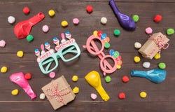Украшение вечеринки по случаю дня рождения на деревянной предпосылке с пустой Стоковые Фото