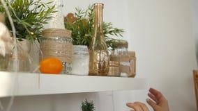 Украшение дома на праздник Полка с вазами, Gerland сток-видео
