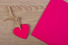 Украшение деревянных сердца и любовного письма на день валентинок, космос экземпляра для текста Стоковое Изображение RF
