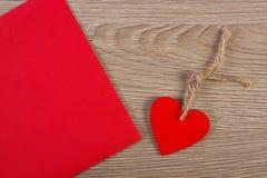 Украшение деревянных сердца и любовного письма на день валентинок, космос экземпляра для текста Стоковые Изображения RF