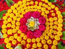 Украшение желтых цветков и красных роз хризантемы Стоковое Изображение
