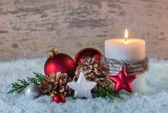 Украшение зимы рождества с горя свечой на снеге и деревянной предпосылке Стоковое фото RF