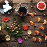 Украшение зимы Состав на деревянной предпосылке Горячий чай, свечи, отрезанный грейпфрут Рождество белизна настроения 3 шариков и Стоковое Фото