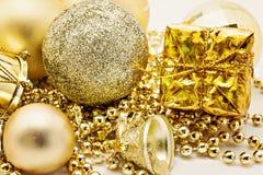 Украшение золота рождества, шарики, вверх изолированные шарики, близкое колокола Стоковое Фото